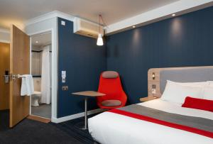 A bed or beds in a room at Holiday Inn Express London Luton Airport