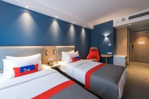 Łóżko lub łóżka w pokoju w obiekcie Holiday Inn Express Warsaw - Mokotow, an IHG Hotel