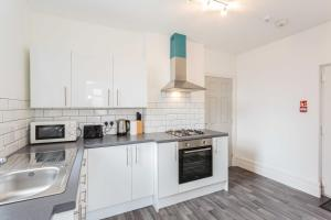 A kitchen or kitchenette at Cherry Property - Harrowside