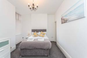 A bed or beds in a room at Cherry Property - Harrowside