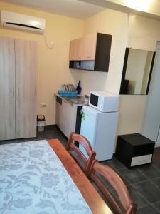 Кухня или кухненски бокс в Хотел Диведа