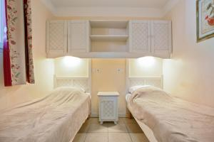 A bed or beds in a room at Maeva Particuliers Résidence Le Rouret