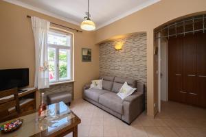 A seating area at Apartments Villa Salona