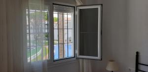 Vista de la piscina de Apartamentos Costa Chiclana o alrededores