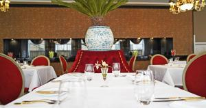 A restaurant or other place to eat at Grande Hotel do Porto