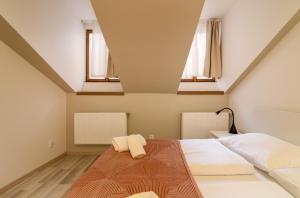 Ein Bett oder Betten in einem Zimmer der Unterkunft Soukenická Apartcomplex 2