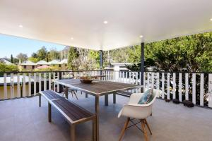A balcony or terrace at Myrtle Tree Lodge-Leaves, Kangaroo Valley