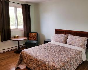 A bed or beds in a room at Jacques Cartier Motel