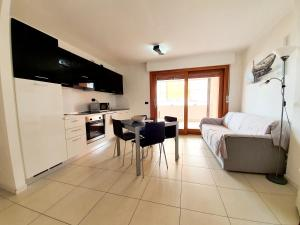 A kitchen or kitchenette at Aparthotel Capitol