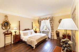 A bed or beds in a room at Iron Gate Hotel & Suites