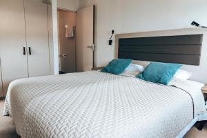 Een bed of bedden in een kamer bij Punt-West Hotel & Beach Resort