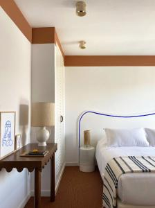 A bed or beds in a room at Hôtel Le Sud