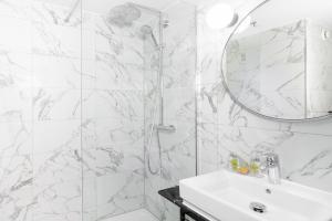A bathroom at Hilton Garden Inn London Heathrow Airport