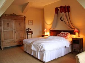 A bed or beds in a room at Chateau de Villette