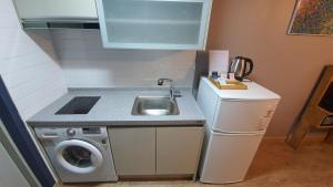 A kitchen or kitchenette at Ivy Stay