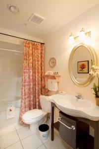 A bathroom at Union Bank Inn