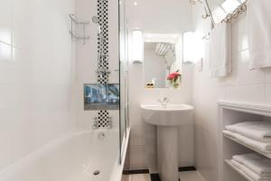A bathroom at The Royal Harbour Hotel