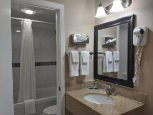 A bathroom at Arnprior Motor Inn