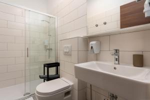 A bathroom at Aurora Rooms