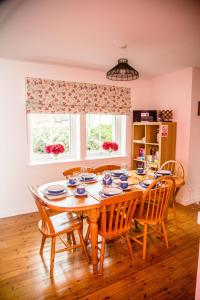 A restaurant or other place to eat at Tigh Eilidh Cottage