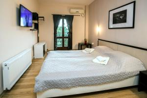 A bed or beds in a room at Hanovete Hotel