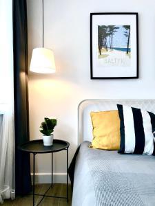 Łóżko lub łóżka w pokoju w obiekcie Apartamenty Marynarska 2