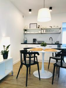 Kuchnia lub aneks kuchenny w obiekcie Apartamenty Marynarska 2