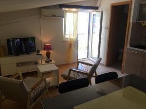 Posedenie v ubytovaní Apartments STANIĆ - apartments with sea view and sandy beach
