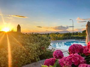 Bazén v ubytování Hotel Nuova Barcaccia nebo v jeho okolí