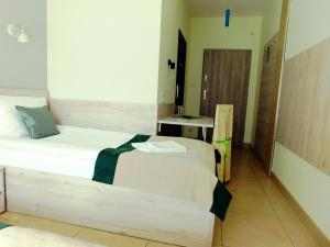 A bed or beds in a room at Zajazd Fakir