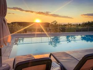 Východ nebo západ slunce při pohledu z hotelu nebo okolí