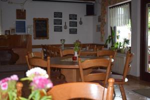 A restaurant or other place to eat at Gaststätte Marktstübchen