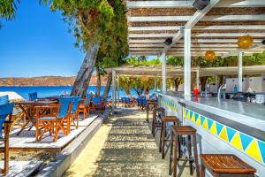 A restaurant or other place to eat at Coralli Seaside Resort - Bungalows