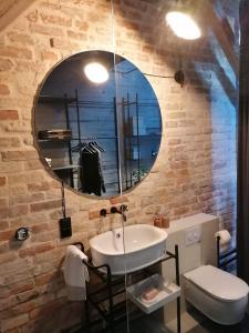 Koupelna v ubytování Mystictone - loft in the heart of Warsaw - Nowy Świat ROOMTONES
