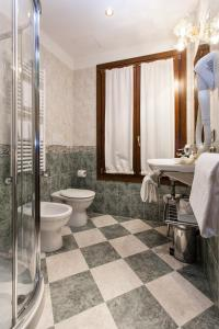 A bathroom at Hotel Al Ponte Mocenigo