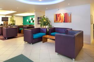 The lobby or reception area at Holiday Inn Express Cambridge, an IHG Hotel