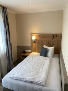 Ein Bett oder Betten in einem Zimmer der Unterkunft Hotel Rosenbusch