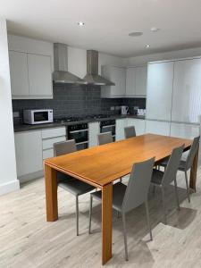 A kitchen or kitchenette at Rufford Lodge