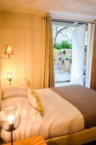 Cama ou camas em um quarto em Family Hotel Kooyk