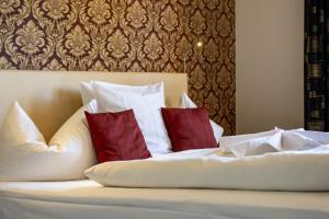 Ein Bett oder Betten in einem Zimmer der Unterkunft Hotel De Lange Man Monschau Eifel