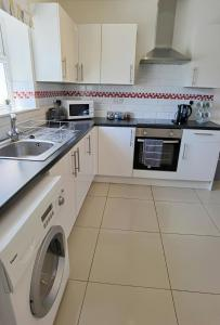 A kitchen or kitchenette at Best rates for essential workers and contractors Parking wifi