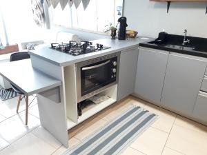 A kitchen or kitchenette at Loft, conforto e praticidade.
