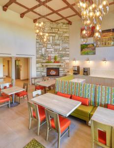 A restaurant or other place to eat at SpringHill Suites Prescott