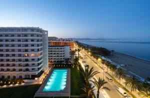 Uitzicht op het zwembad bij Hotel Apartamentos Bajondillo of in de buurt