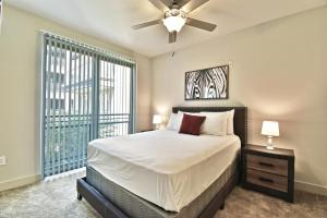 A bed or beds in a room at GA Living Suites - Knox District Uptown Dallas
