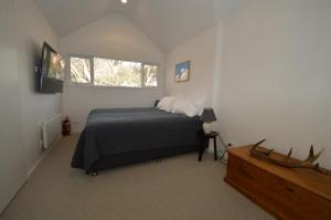 A bed or beds in a room at Wintergreen 10