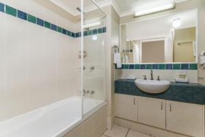 A bathroom at Bay Villas Resort