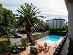The swimming pool at or near Auckland Rose Park Hotel