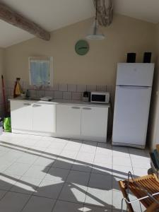 A kitchen or kitchenette at Mas Clement - Chambre et table d'hôtes