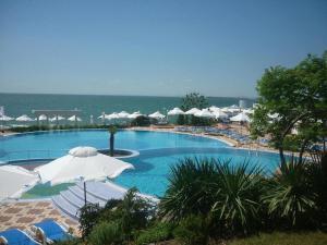 Вид на бассейн в PrimaSol Sineva Beach Hotel - Все включено или окрестностях